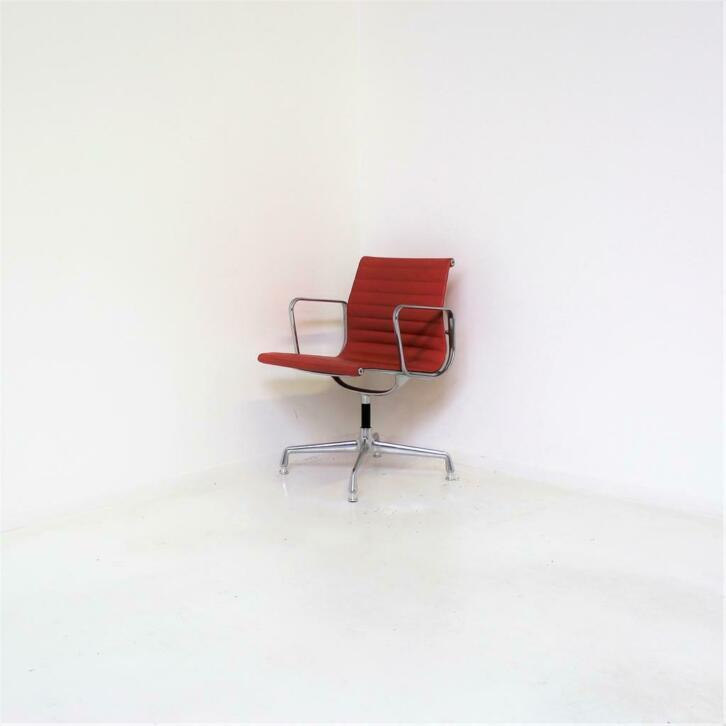 Vitra Design Stoelen.Vitra Eames Ea 108 Vergaderstoelen Design Stoelen Oranje Rm